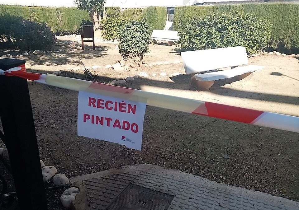"""La Brigada de Pintura de la PDM """"pone a punto"""" el mobiliario urbano de toda Altea"""