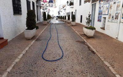 La Pública realiza un dispositivo especial para limpiar las calles de arena sahariana